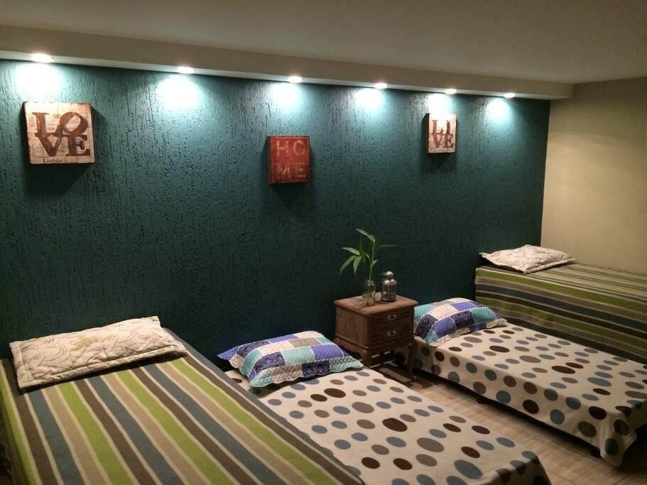 Opção de 4 camas solteiro com molas com opção ainda de + 2 colchões de solteiro