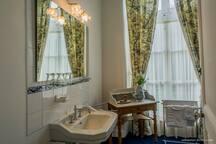 la salle de bain de la chambre aux paons