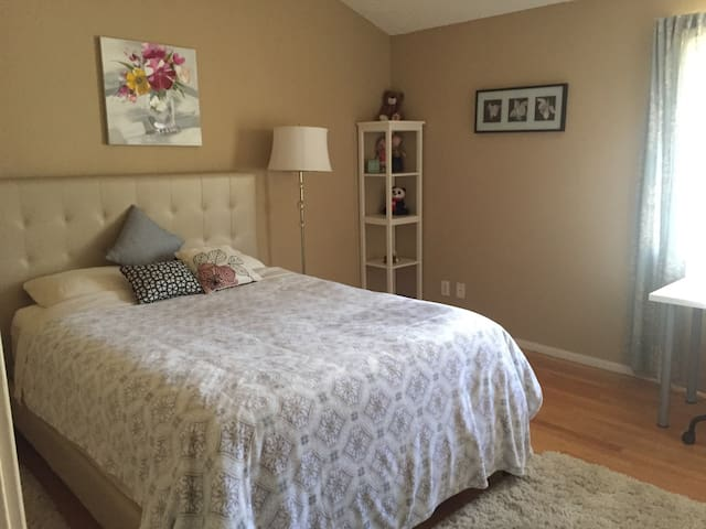 ROOM IN TOWNHOUSE with PARKING + Private BATH - Los Angeles - Apartament