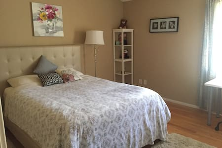 ROOM IN TOWNHOUSE with PARKING + Private BATH - Los Ángeles - Apartamento
