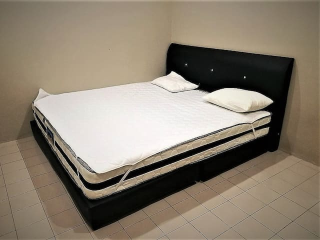 A/C 1 King Bed + Shared Bath (1A)