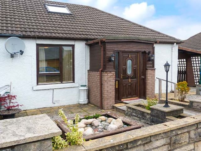 SKI VIEW COTTAGE, with open fire in Aviemore, Ref 926994