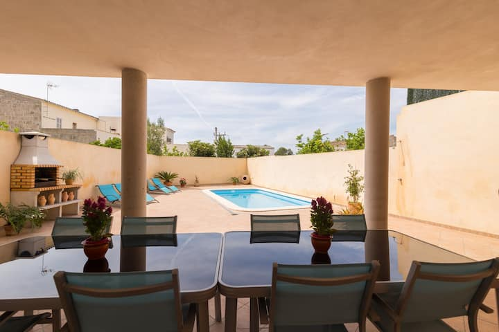 Villa Marimar. Nice town house with pool in Muro.