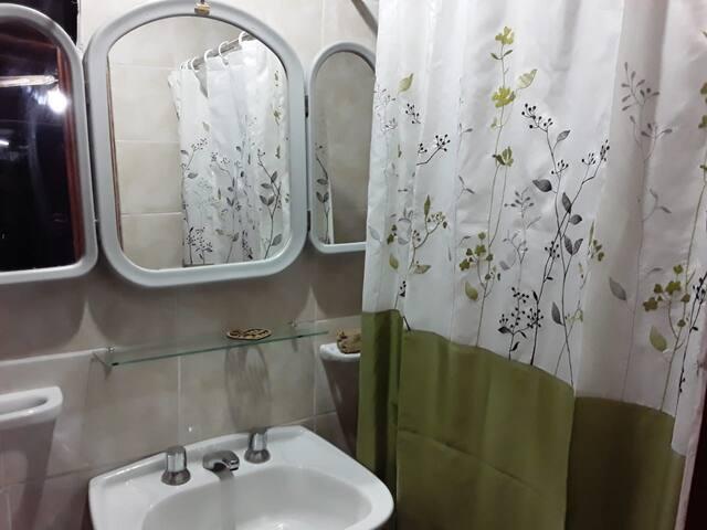 Baño cómodo y con ducha  con termo tanque eléctrico