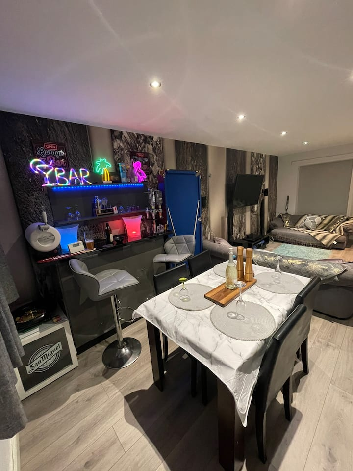 Unique Luxury Spa Sauna Hottub Gaming Private Bar