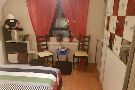 Gemütliches Zimmer in Altbauwohnung - Kiel Hassee