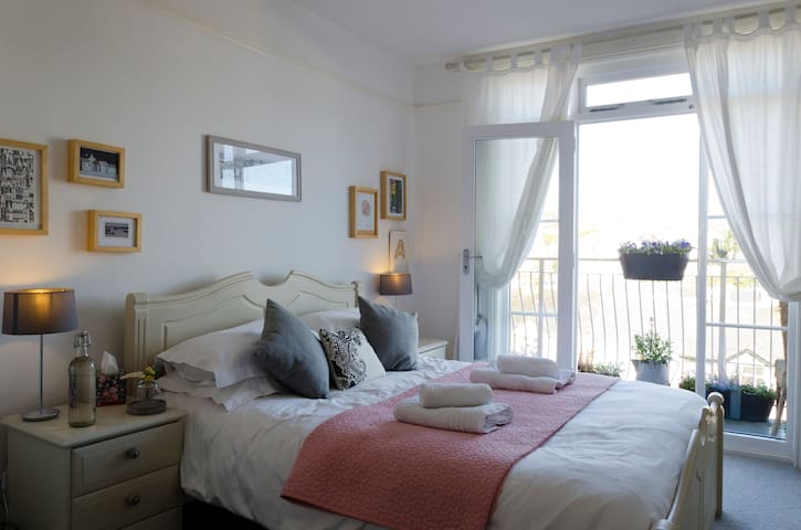 Beautiful home with 2 double rooms and sea view!