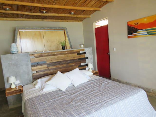 Dormitorio principal con vista al mar