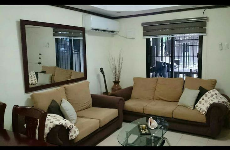 Ms. Shirley's Home is caling U. Be our guest 3x :) - Cebu City - Casa