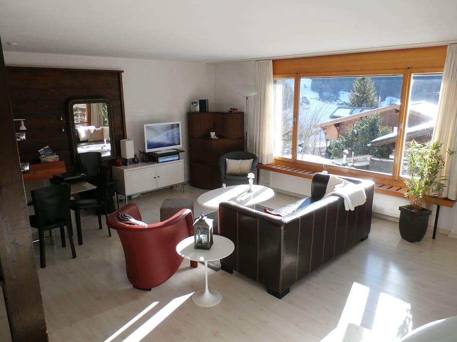 Offenes Wohn-/Esszimmer mit Panoramafenster