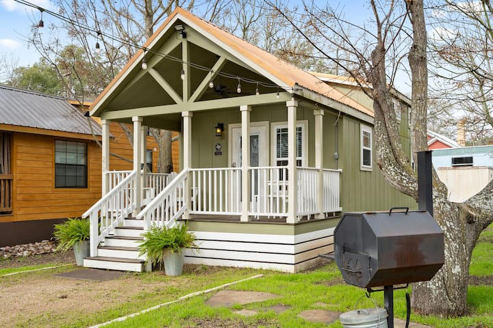 Family Cabin w/deck near San Marcos River!