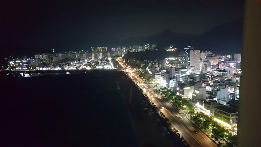 거제 여행의 최고 중심지! 고현만과 거제 시내의 야경을 바라보며 편히 즐길 수 있는 공간