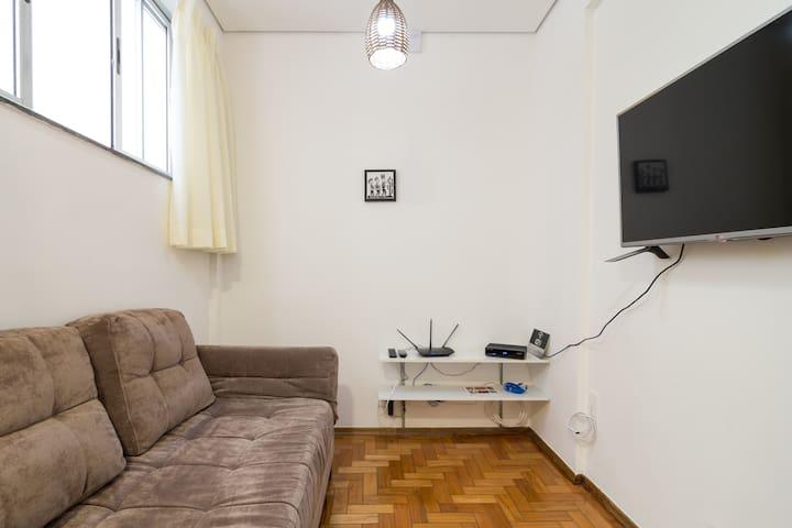 Sala de televisão, acesso a internet com código específico para os hospedes.