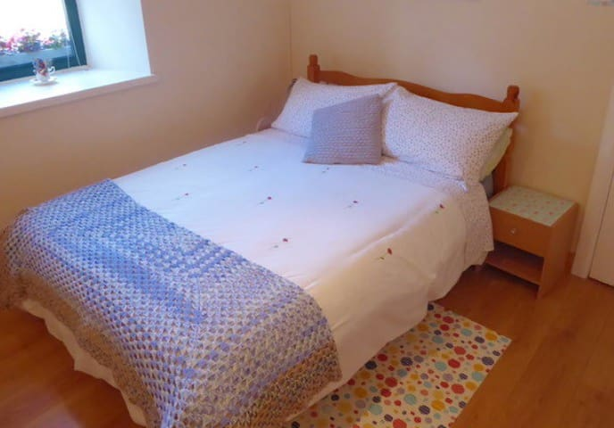 Castlebar - Double Bed, WiFi, town centre location