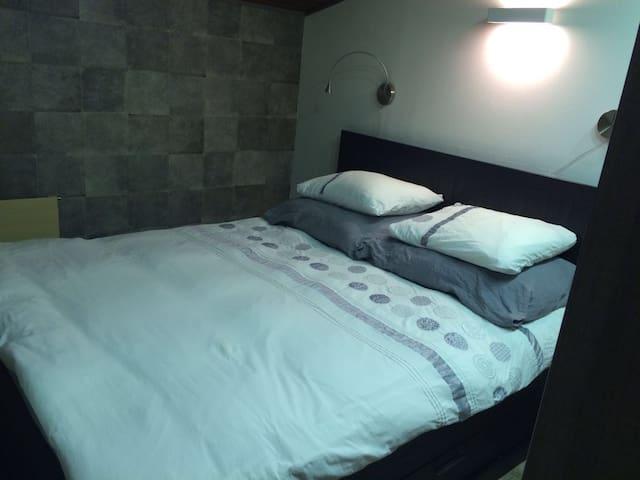 Master bedroom met veel opbergruimte