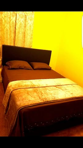 Luxury room for rent with parking. - Newark - Casa