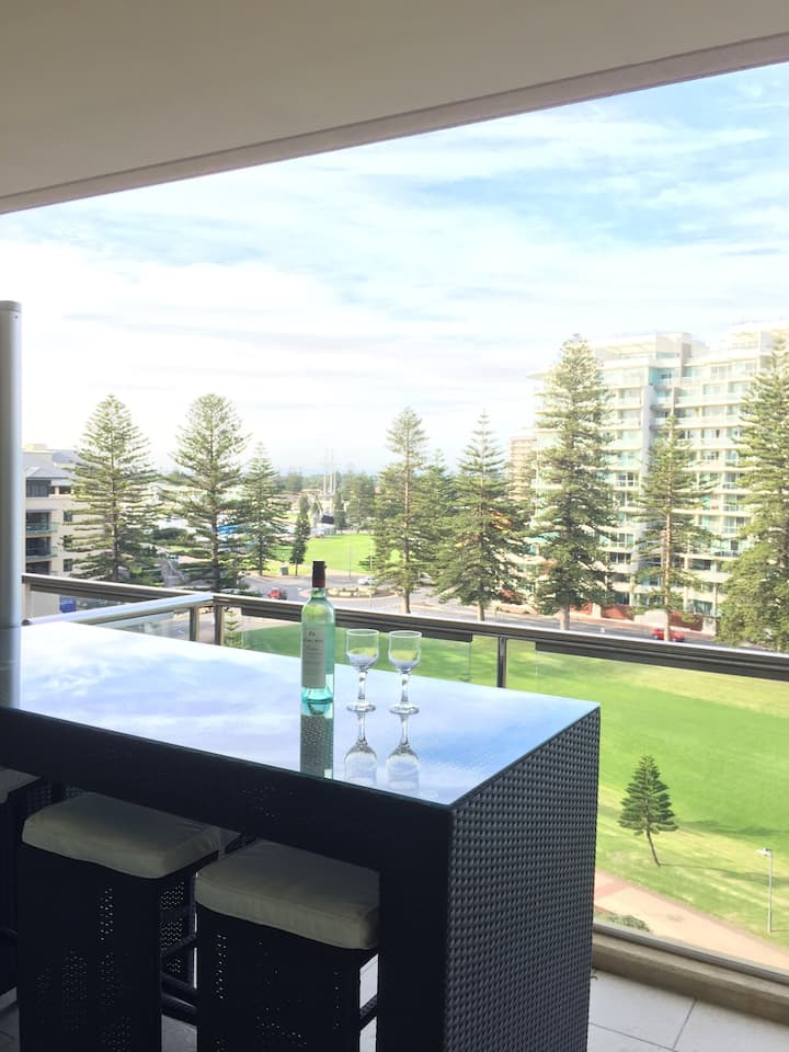 Beachside Luxury getaway in Glenelg Oaks Pier