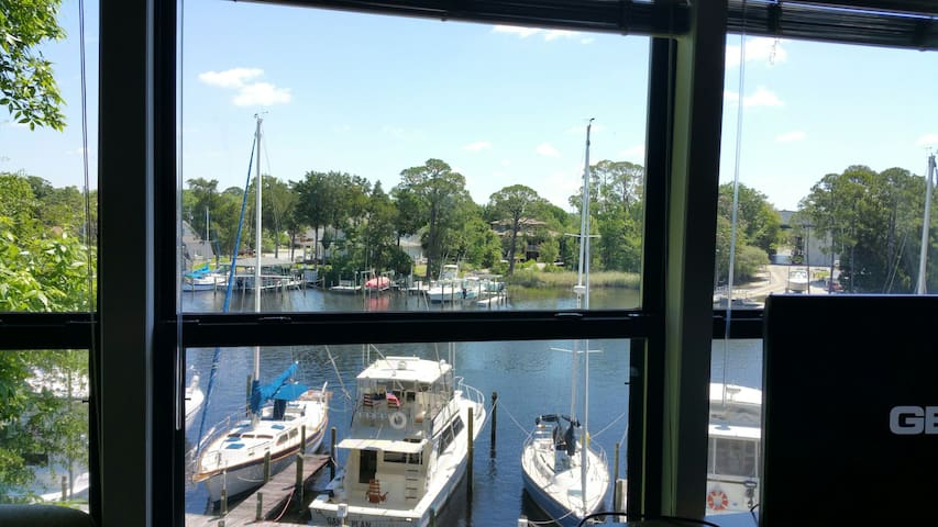 Loft room in apt overlooking marina - Niceville