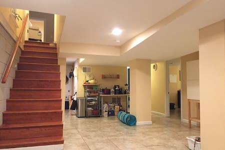 Entire 2-Bedroom Petworth Apt - Washington - Apartment
