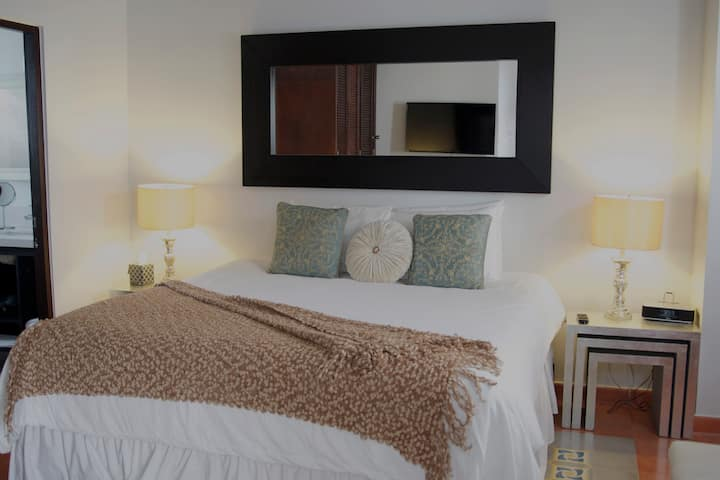Classic Colonial ★ King Bed ★ -Pool Open