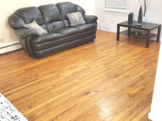 Modern 2 Bedroom, Wood Floors, Minutes to NYC