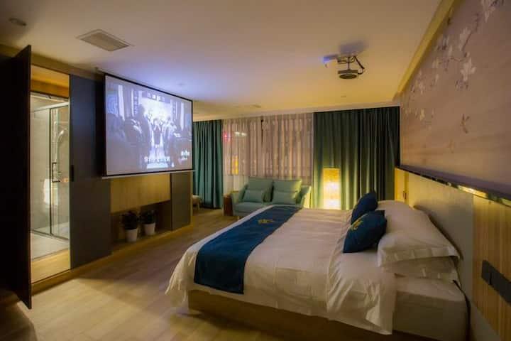 [豪华大床房]房间面积35平方、浴缸、投影、沙发、让您免除旅途疲劳!