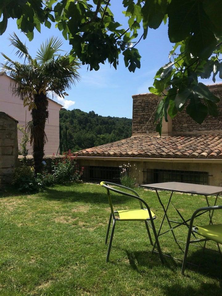 Agréable studio dans village provençal
