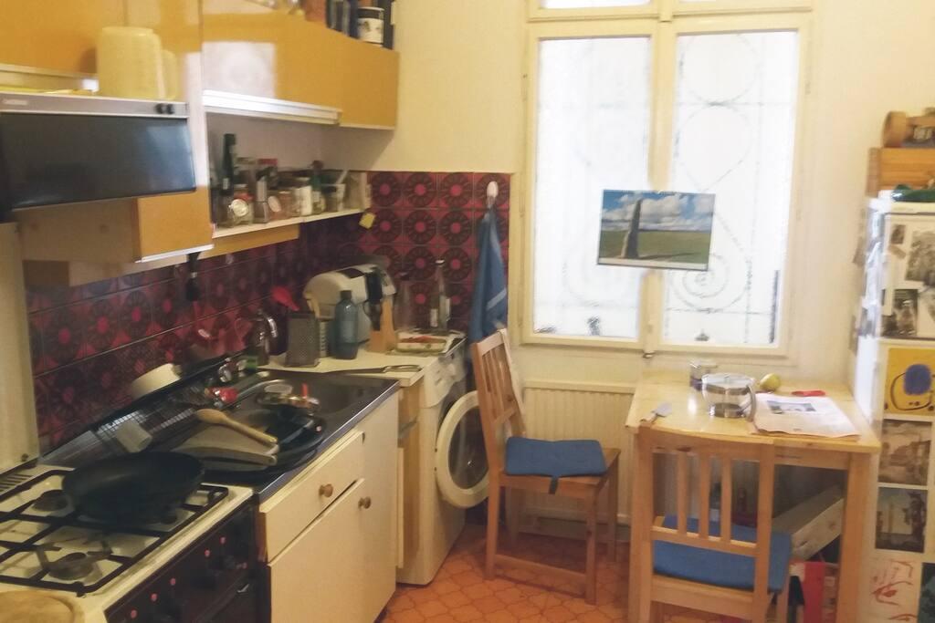 Küche mit Essplatz, Waschmaschine und Spülmaschine