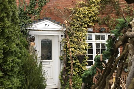A happy house with two small dogs.  - Burgess Hill - Дом