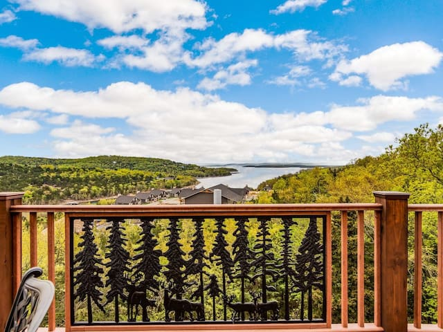 Private home with GORGEOUS  TABLE ROCK LAKE views, PRIVATE HOT TUB,  Theater Rm