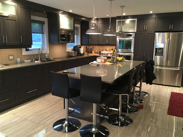 Room for rent in big cozy home! - Longueuil - Hus
