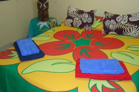 Chambre lit double à Atuona