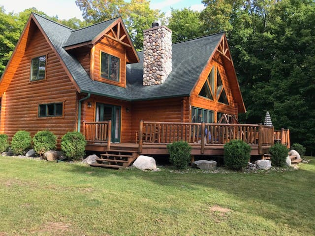 SILVER CHALET (Lake Michigamme): Sleeps 6-8 people, Snowmobiles Welcomed!
