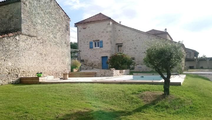 Maison de pierre avec piscine  à la campagne