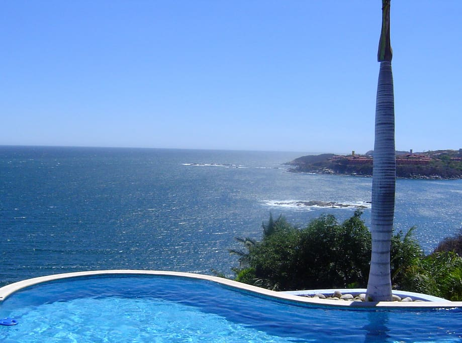 Alberca con espectacular vista 180º a la Bahía de Tangolunda.