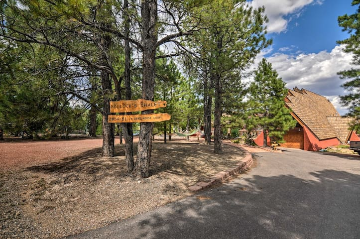 Eclectic Chalet Between Bryce & Zion w/ Mtn Views!