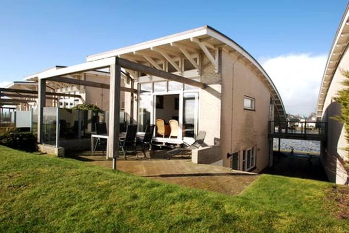 Villa met sauna en uitzicht over het IJsselmeer