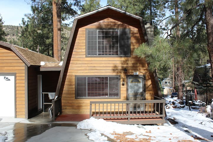 NEW! Jimmy's Ski Cabin in Center of Wrightwood