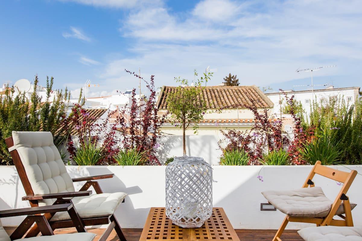 Casa Alecrim, Tavira. Casa moderna com terraço panorâmico.