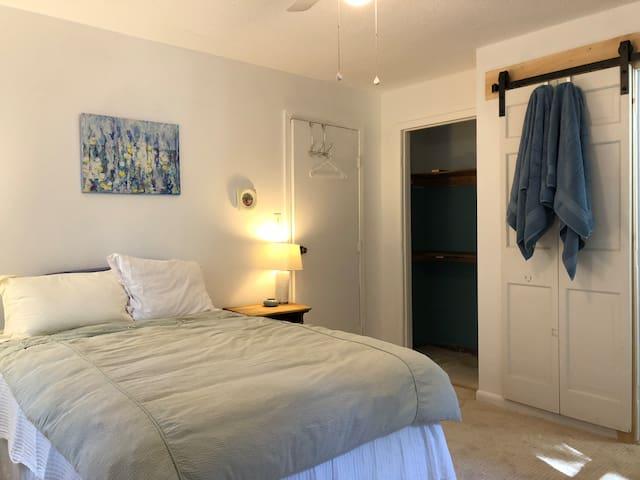Sea Coast Room w/ private 1/2 bath