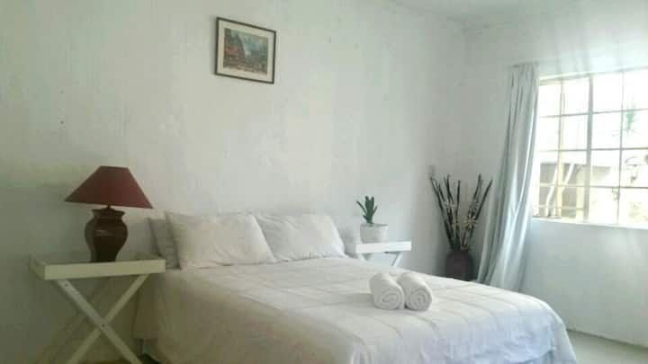 Minutes from Sandton CBD, cozy room, Free wifi