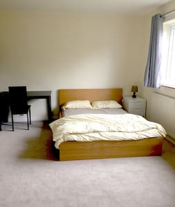 Spacious Double Bed Ensuite - Lutterworth