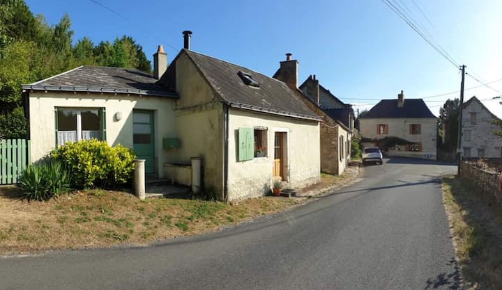 Quaint 2/3 bed cottage in charming village