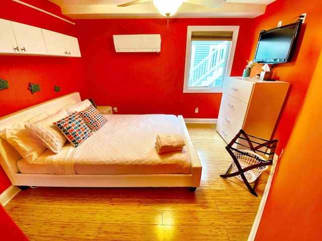 Guest bedroom w/ queen bed,  plenty of drawers with luggage rack. Tv w/ Roku.