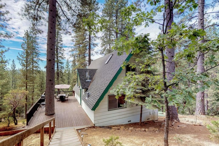 Charming dog-friendly A-Frame with shared pool and free WiFi