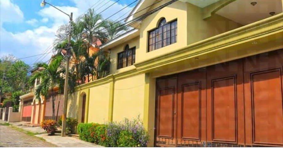 Casa Los Arcos, frente al Hotel Copantl