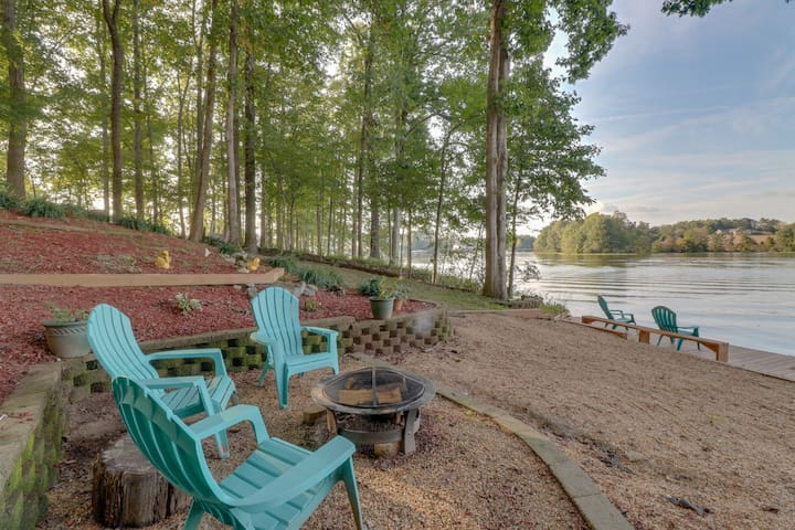 Beautiful Home w/180 view of lake, dock, pool table & private beach