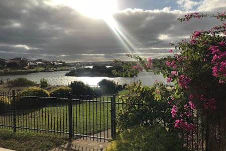 'Hindmarsh Haven', Water Front with Stunning Views