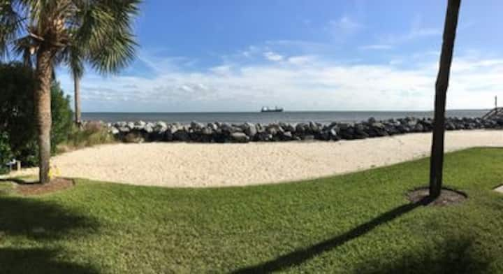 Oceanfront, 2 BR 2 BA, Walk to Village, Private Beach, Wifi, Cable
