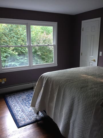 Southampton/Easthampton town line with queen bed